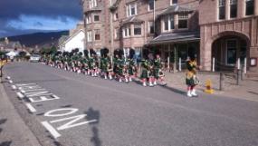 Eine schottische Marschkapelle. Alle tragen Kilts.