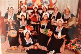 Eine Gruppe junger Frauen in niederländischer Tracht