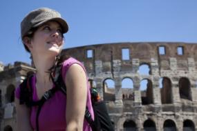 Eine junge Frau vor dem Kolosseum