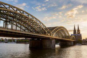 Blick auf den Kölner Dom mit Eisenbahnbrücke im Vordergrund